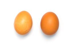 2 Eier und man ist isoalted gebrochenes Lizenzfreie Stockfotografie