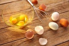 Eier und Schüttel-Apparat auf Holz mit blauem Ostern weiß und braun Lizenzfreies Stockbild