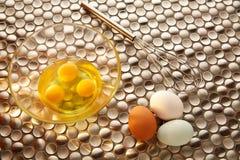 Eier und Schüttel-Apparat mit blauem Ostern weiß und braun Stockfotografie