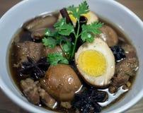 Eier und Schweinefleisch in den Fröschen der braunen Soße Stockfotografie