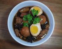 Eier und Schweinefleisch in den Fröschen der braunen Soße Lizenzfreie Stockbilder