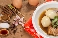Eier und Schweinefleisch in der braunen Soße Lizenzfreie Stockfotos