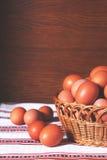 Eier von einem Bauernhof in einem Korb Stockfotos