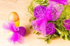 Eier, Wiesenschaumkraut und gestreifter Stoff Lizenzfreie Stockbilder