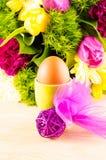 Eier, Wiesenschaumkraut und gestreifter Stoff Lizenzfreie Stockfotos