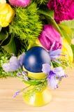 Eier, Wiesenschaumkraut und gestreifter Stoff Stockfotografie