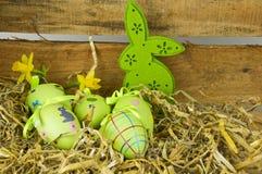 Eier, Wiesenschaumkraut und gestreifter Stoff Stockbild