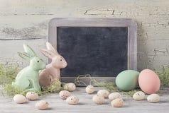 Eier, Wiesenschaumkraut und gestreifter Stoff Lizenzfreies Stockbild
