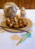 Eier, Wiesenschaumkraut und gestreifter Stoff Stockfotos