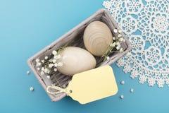 Eier, Wiesenschaumkraut und gestreifter Stoff Stockfoto