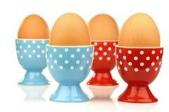 Eierbecher mit Eiern Lizenzfreie Stockfotografie