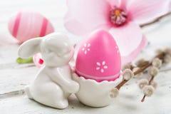 Eierbecher mit einem rosa Osterei Stockbild
