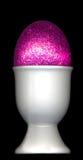 Eierbecher mit rosafarbenen Ostereiern lizenzfreie stockfotos