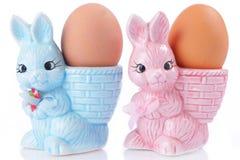 Eierdopjes met Pasen-konijntje royalty-vrije stock foto
