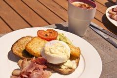 Eieren Benedict en een koffie Stock Afbeelding