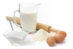 Eieren, bloem, suiker en melk stock foto