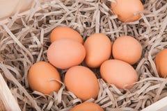 Eieren in de houten doos Royalty-vrije Stock Afbeeldingen