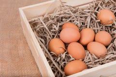 Eieren in de houten doos Stock Afbeelding