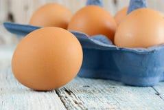 Eieren in doos Stock Afbeeldingen