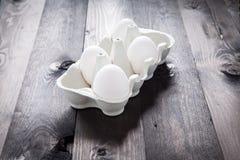 Eieren in een eggbox Stock Foto's
