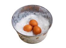 Eieren in een emmer. Stock Foto