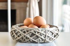 Eieren in een houten mand stock foto