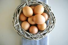 Eieren in een houten mand royalty-vrije stock foto