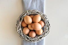 Eieren in een houten mand stock fotografie