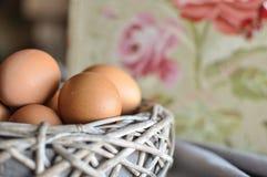 Eieren in een houten mand royalty-vrije stock afbeeldingen