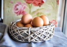 Eieren in een houten mand royalty-vrije stock foto's
