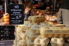Eieren in een karton op de teller in Utrecht, Nederland Stock Foto's