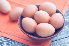 Eieren in een kleikom op een houten lijst royalty-vrije stock foto
