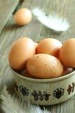 Eieren in een kom op oude houten royalty-vrije stock foto's