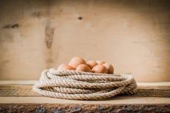 Eieren in een mand die van kabel wordt gemaakt Royalty-vrije Stock Afbeelding