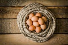 Eieren in een mand die van kabel wordt gemaakt Stock Afbeelding