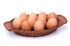 Eieren in een mand op wit wordt geïsoleerd dat royalty-vrije stock afbeelding