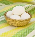 Eieren in een rieten mand Royalty-vrije Stock Foto's
