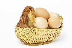 Eieren in een Rieten mand Stock Foto's