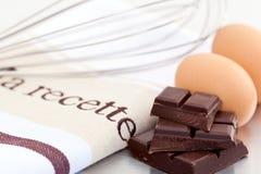 Eieren en chocolade voor baksel Stock Afbeeldingen