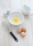 Eieren en eieren voor omelet Stock Afbeeldingen