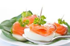 Eieren en gezouten forel stock fotografie
