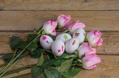 Eieren en rozen stock afbeelding
