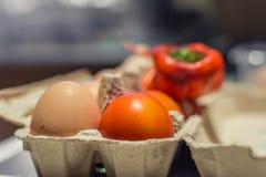 Eieren en tomaten in één geschiktheidspak royalty-vrije stock afbeeldingen