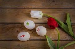 Eieren en tulpen stock afbeelding