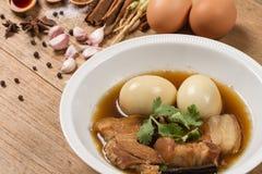 Eieren en varkensvlees in de jus worden gestoofd die stock afbeelding