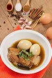 Eieren en varkensvlees in de jus worden gestoofd die royalty-vrije stock afbeeldingen