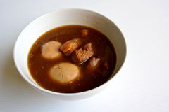 Eieren en varkensvlees en bruine saus Stock Foto's