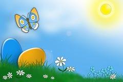 Eieren, gras, vlinder en blauwe hemel Royalty-vrije Stock Foto