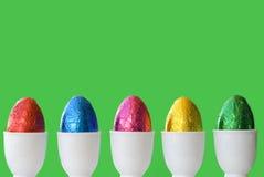 Eieren groene achtergrond Stock Afbeeldingen