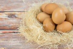 Eieren in houten kom op lijst Het concept van het voedsel stock foto's